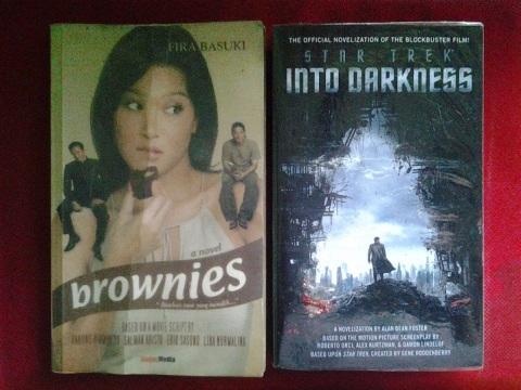 Novel-novel adaptasi dari skenario film. Brownies (2005) dan Star Trek Into Darkness (2013). Foto: koleksi pribadi.